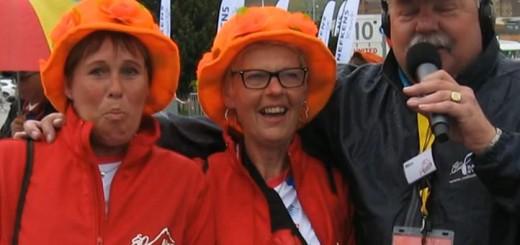 Ineke en Marja worden onthaald door verslaggever en Nico Dullaart.