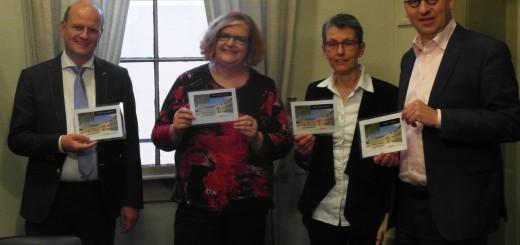 Pieter Neven, Miriam van der Smissen, Marja Katoen en Theo Segers na de ondertekening, met het eerste officiële naamplaatje van De Vogelweide.