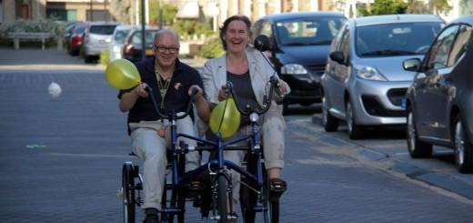 Bewoners Mak Melgers mocht  samen met begeleidster Jannet Rook het eerste rondje doen. (Foto: Herman Visser)