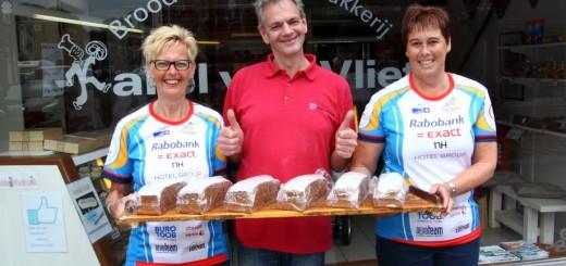 Ineke en Marja zijn blij met de steun van Bakkerij Karel van Vliet.