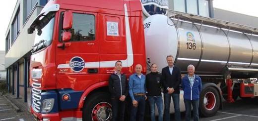 Jan Duel (tweede van rechts) met een deel van het organisatieteam van de te houden Triathlon, poserend voor een recente aanschaf.