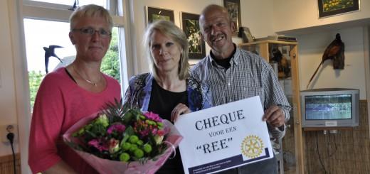 Rotary Schoonhoven voorzitter Teja Ras (midden) overhandigt symbolisch een cheque voor de opgezette ree aan de heer en mevrouw Rijneveld.