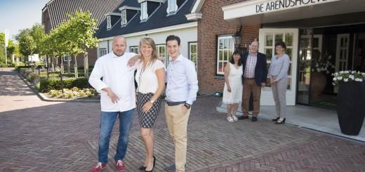 Vlnr: chef-kok Marcel Hardijzer, Lisanne van Erk en Wilco Scheer. Op de achtergrond vlnr: Jacky Scheer, Ad Scheer en Lenie van Oosterom. (Foto: wijntjesfotografie.nl)
