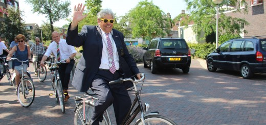Burgemeester Tjerk Bruinsma op de fiets.