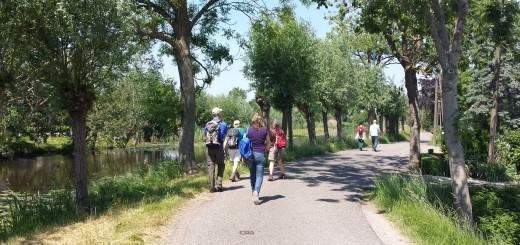 Wandelaars langs de Vlist. (Foto: Lyanne de Laat)