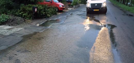 Deze plas water ontstond door een lekkage in een waterleiding in de Kerkweg in Lekkerkerk.