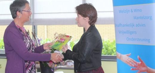 Wethouder Lavinja Sleeuwenhoek (rechts)neemt het eerste exemplaar in ontvangst.