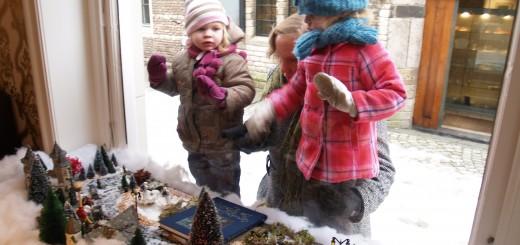 De populaire mini Winter Efteling is tot begin januari weer te zien in de Schoonhovense Stadhuisstraat.