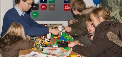 Kinderen bij het gemaal aan het LEGO'en in de kerstvakantie vorig jaar.