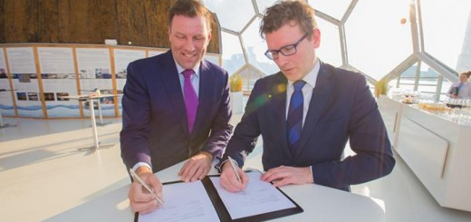 Wethouder Marco Oosterwijk (rechts) ondertekent de samenwerkingsovereenkomst voor deelname aan Maritime Delta.