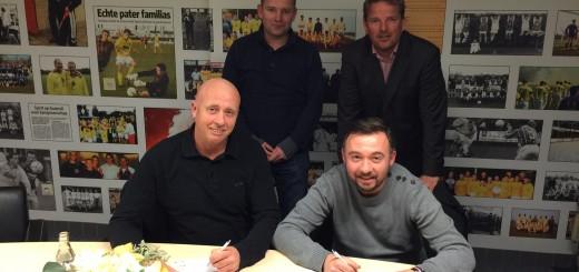 Warry en Michel van Wattum (zittend) bij hun aanstelling. Staand: Jan-Willem Baas (bestuurslid technische zaken) en Henk Lammertse (voorzitter).
