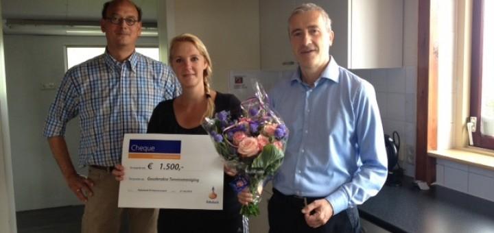 Erik van den Broek (Rabobank) en Ingmar Kim (coöperatiecommissie) reiken de cheque uit aan voorzitster Mariska Khargi.