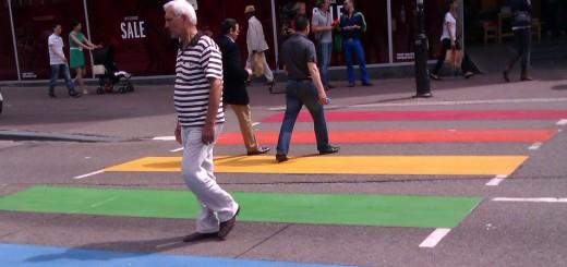 Regenboogzebrapad in Utrecht (Foto: Wikipedia)