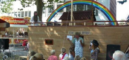 Leden van de Hervormde gemeente Stolwijk brengen het verhaal van de Ark van Noach tijdens de braderie van afgelopen jaar. (Foto: Hervormde gemeente Stolwijk)