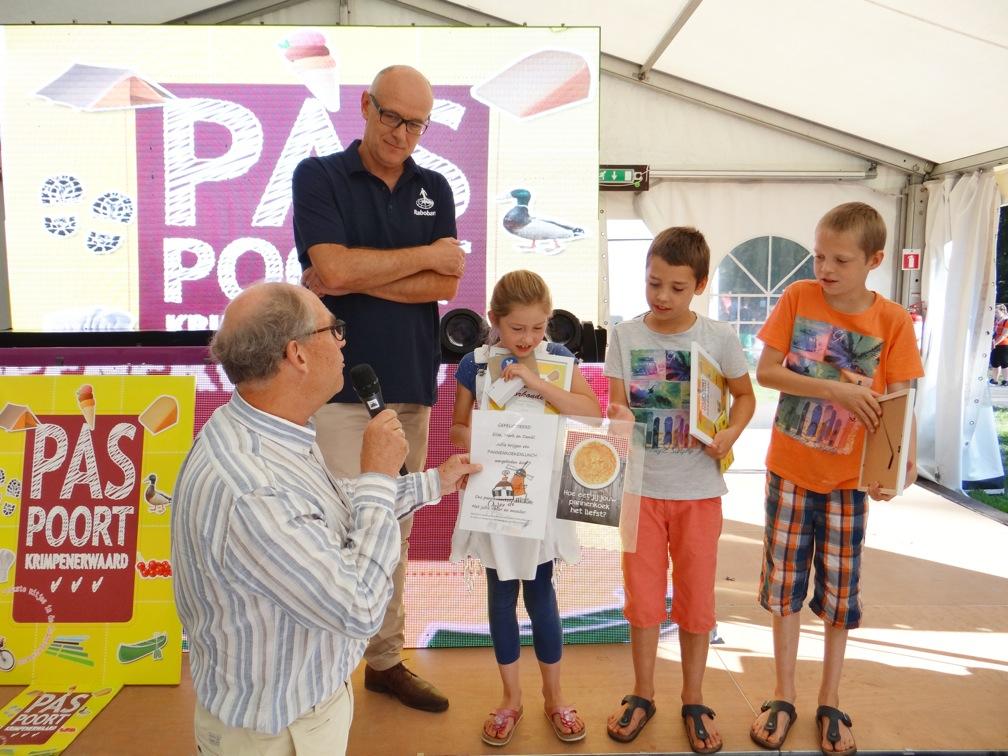De trotse Elise, Daniël en Mark uit Ammerstol met de oorkondes en prijzen , geflankeerd door Martijn Spijk (links) en Peter Egge.