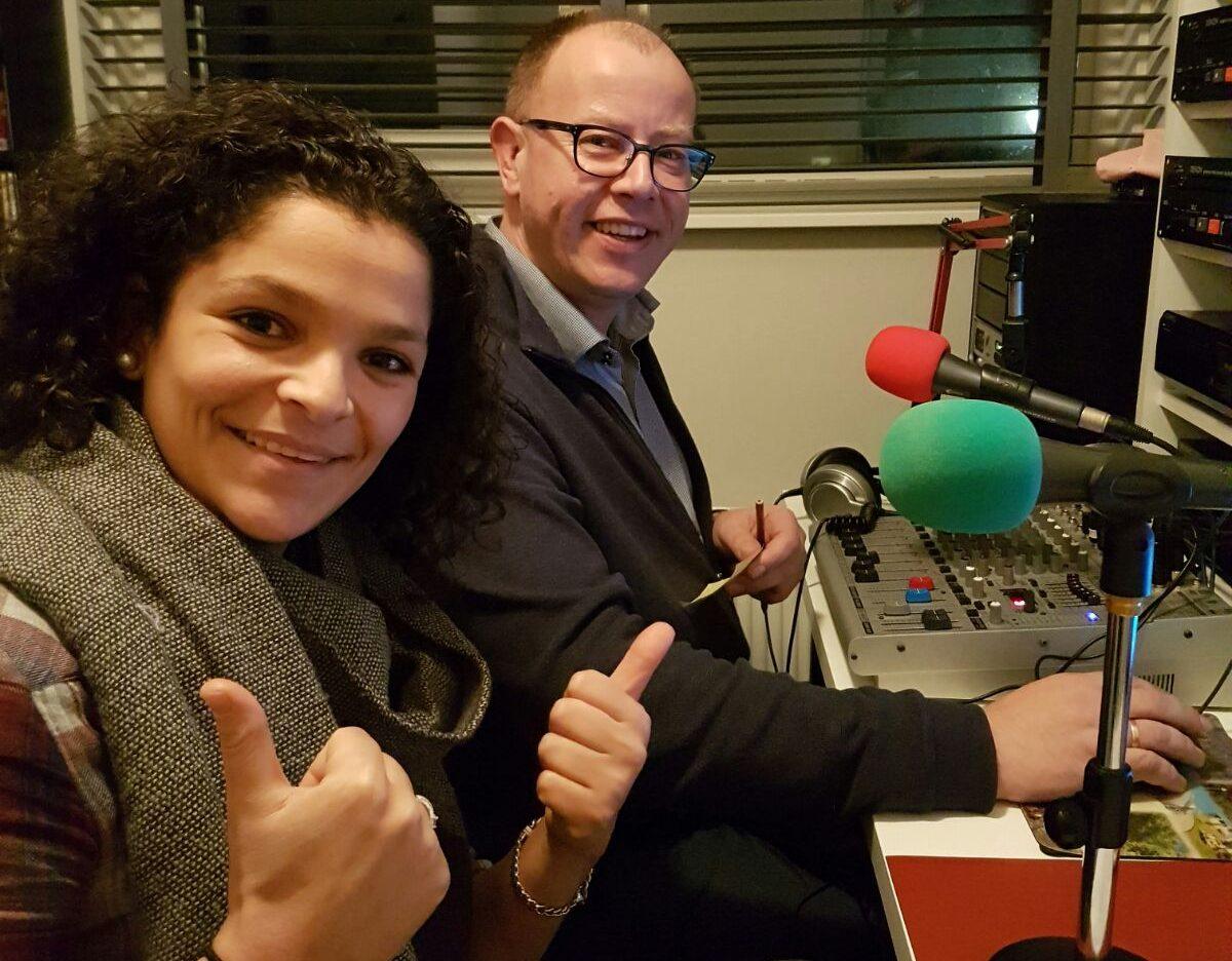 Zakia Aouadi en RTV Krimpenerwaard-presentator Dirk Molenaar.