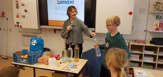 Rotarian Karin Peperkamp vertelt de leerlingen van De Krullevaar enthousiast over het belang van water in ontwikkelingslanden en 'Wandelen voor Water'.