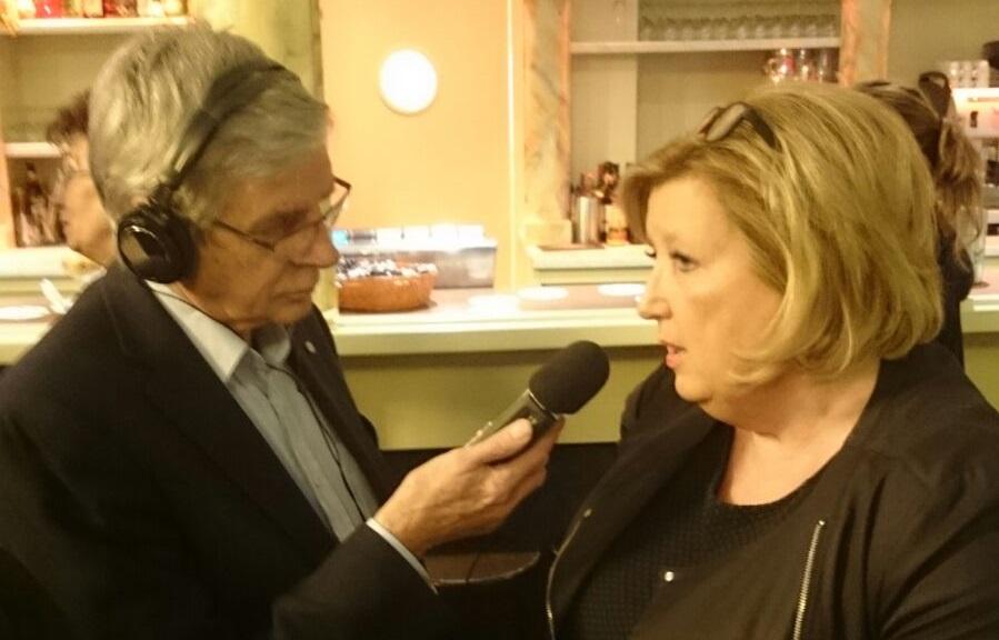 Frank van Suchtelen (RTV Krimpenerwaard) in gesprek met VVD-wethouder Ria Boere.