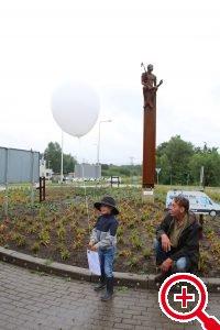 De onthulling van het beeld van de jongen met de harpoen op de rotonde bij Krimpen aan de Lek.