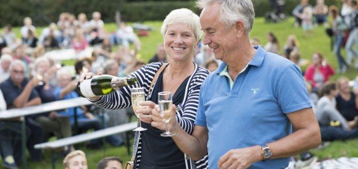 Onder grote belangstelling openen wethouder Dilia Blok en voorzitter Hans de Wit (Zilverstad Marketing) het 10e Nazomerfestival Schoonhoven.