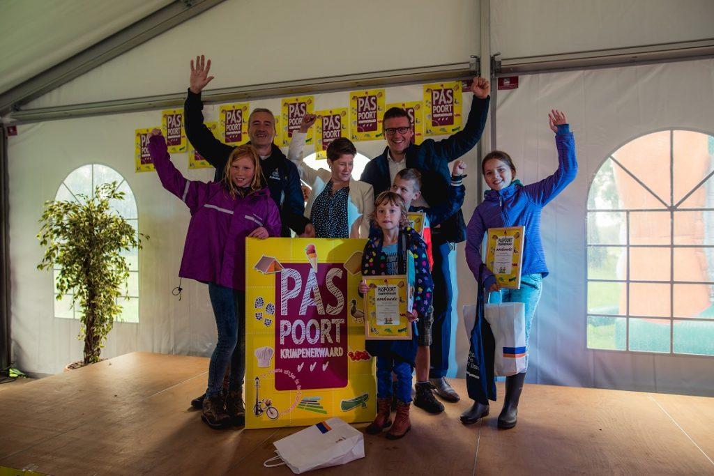 De trotse winnaars Nienke, Sjoerd en Eva met de oorkondes en prijzen, geflankeerd door de wethouders Marco oosterwijk en Lavinja Sleeuwenhoek en Rabobank directeur Van den Broek. (Foto: Jordy Brada)
