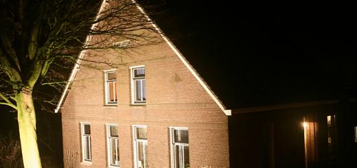De aangelichte zorgboerderij Gravestein.