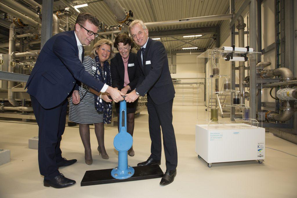 De vernieuwde drinkwaterzuivering werd geopend door Agnes van Zoelen (Hoogheemraadschap van Schieland en de Krimpenerwaard), Ria Boere (Krimpenerwaard), Marco Oosterwijk (Krimpen aan den IJssel) en Walter van der Meer (Oasen).
