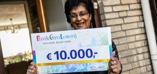Thea uit Krimpen aan de Lek neemt een cheque van 10.000 euro van de BankGiro Loterij in ontvangst. (Foto: Jurgen Jacob Lodder)