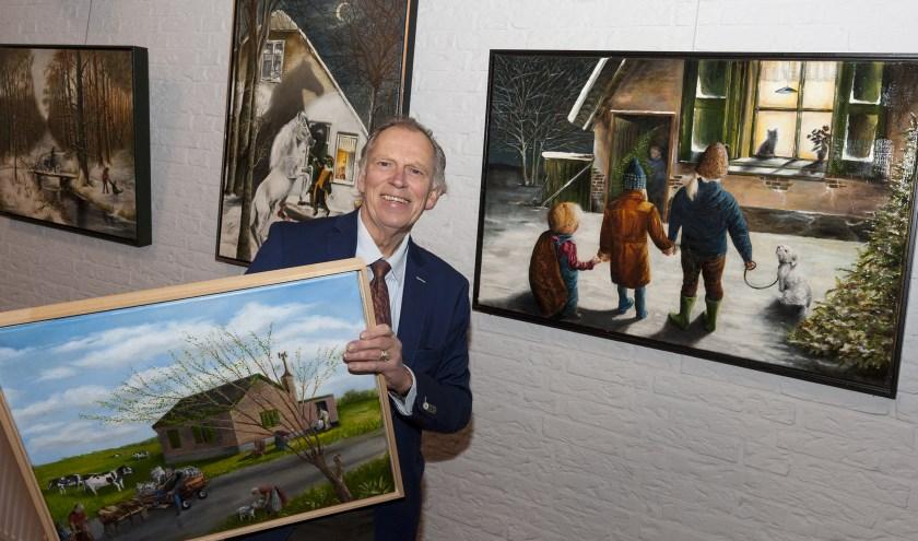 Piet Snel met enkele van zijn werken. (Foto: wijntjesfotografie.nl)