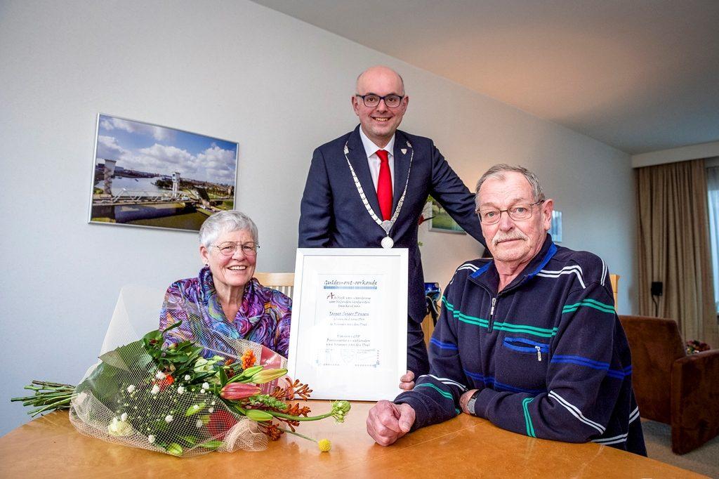 Burgemeester Martijn Vroom reikte maandagmiddag de Guldemont-oorkonde 2017 uit aan Jer Ponsen.