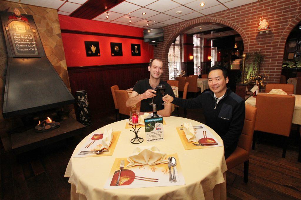 Erik Rietveld en Barry Lai toosten op een mooie restaurantactie. (Foto: Robert van der Hek)