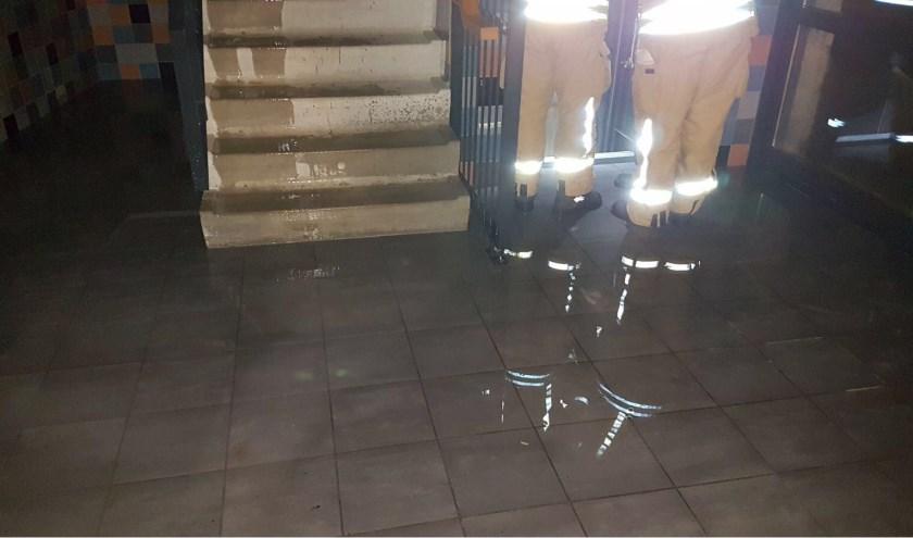 Het trappenhuis staat vol water. (Foto: Brandweer Krimpen aan den IJssel)