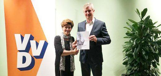 Connie van Dorst, voorzitter van het VVD-netwerk 'De Krimpenerwaard', overhandigt het verkiezingsprogramma aan de Krimpense lijsttrekker Anthon Timm.