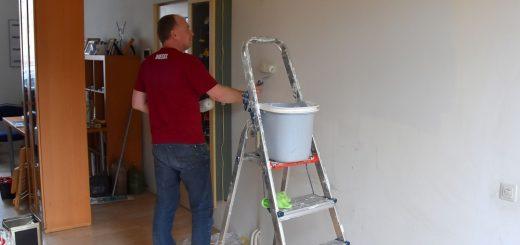 Lion Peter Huijbrecht schildert de keukenmuur.