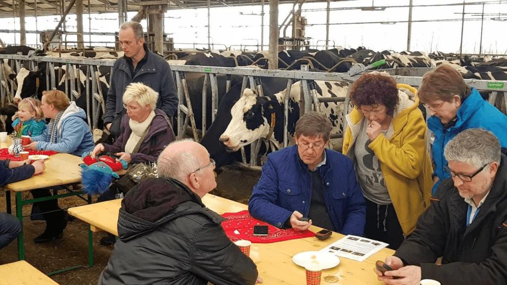 Een gezellige ontmoeting tussen geocachers in de koeienstal van Schep.