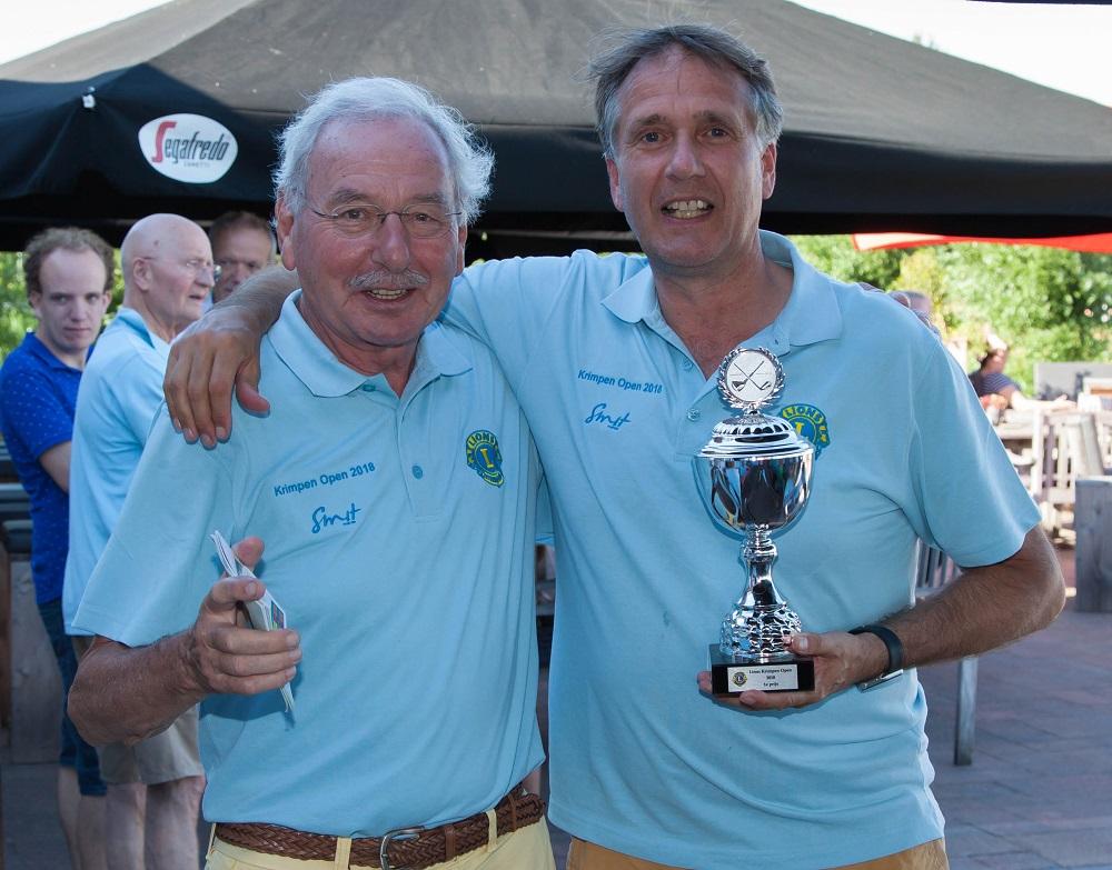 Een glunderende voorzitter en een trotse winnaar Johan Buijs.