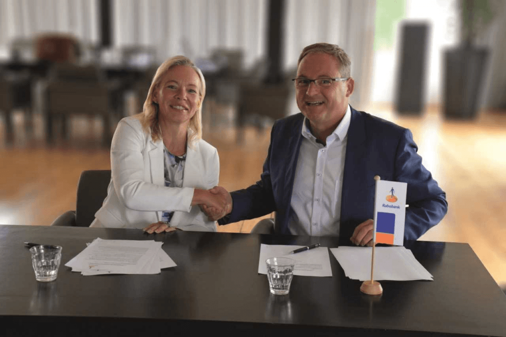 Directievoorzitters Judith Cok en Caspert van der Wel tekenen intentieverklaring samenvoeging Rabobank Krimpenerwaard en Rabobank Gouwestreek.