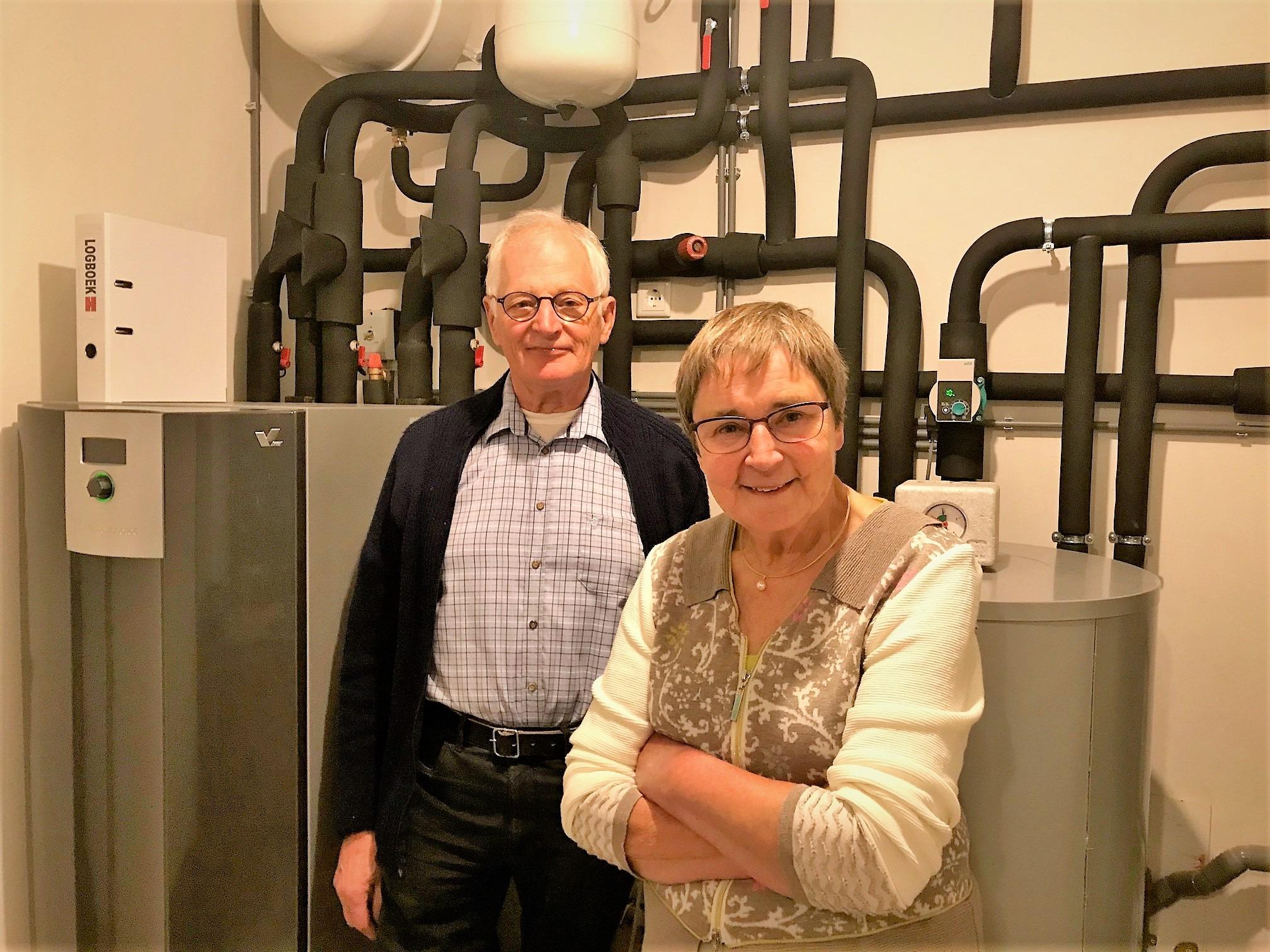 Kees en Margreet Gouwens bij de warmtepompen in hun woning