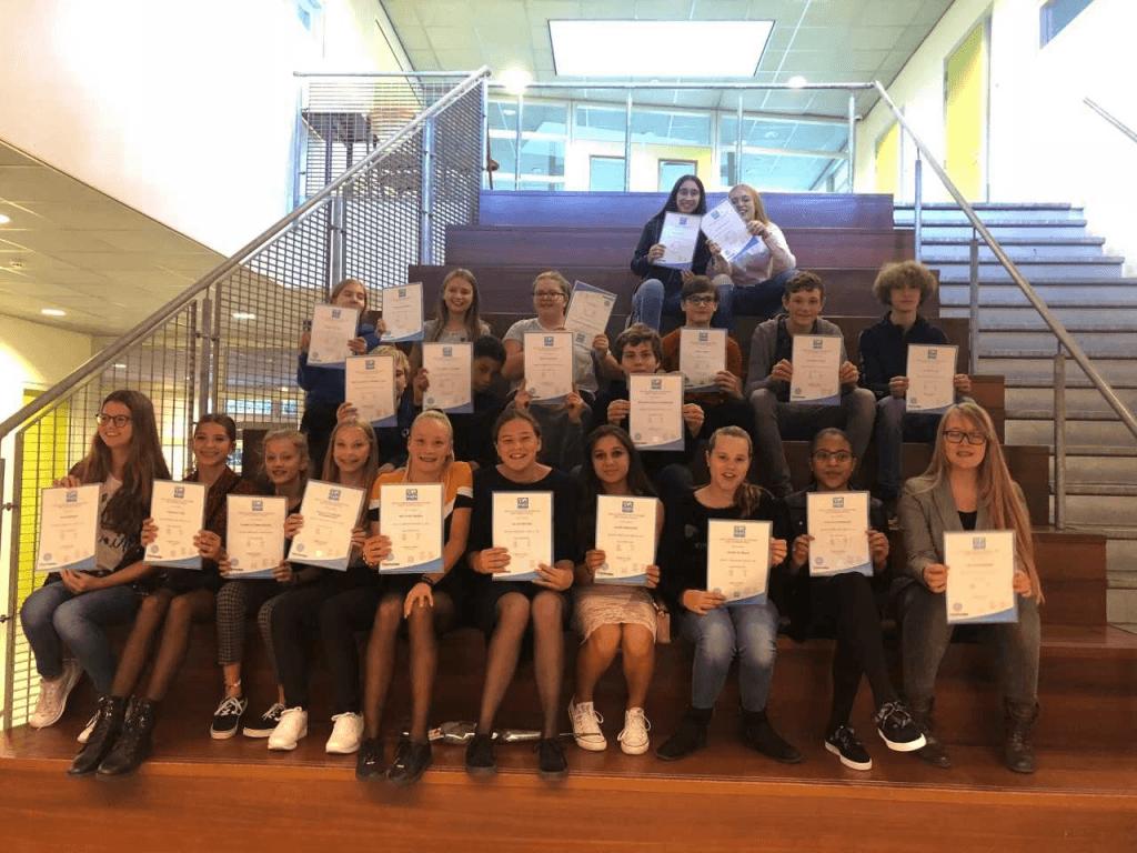 Maar liefst 25 leerlingen van Comenius Krimpen kregen vrijdag een Anglia-diploma, omdat ze de Engelse taal op een hoog niveau beheersen, soms al op het niveau van hun mavo- of havo-eindexamen. (Foto: PR Comenius College)