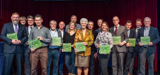 De Tafel van Verkenning - ondernemers, agrariërs, bewoners, natuurorganisaties, jongeren en bestuurders – is blij met het boek Panorama Krimpenerwaard waaraan zij samen hebben gewerkt. (Foto: Stephan Tellier)