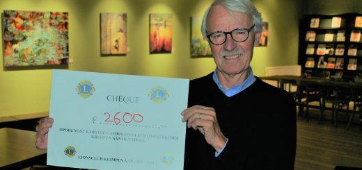 Belbus-voorzitter Paul in het Veld met de cheque.