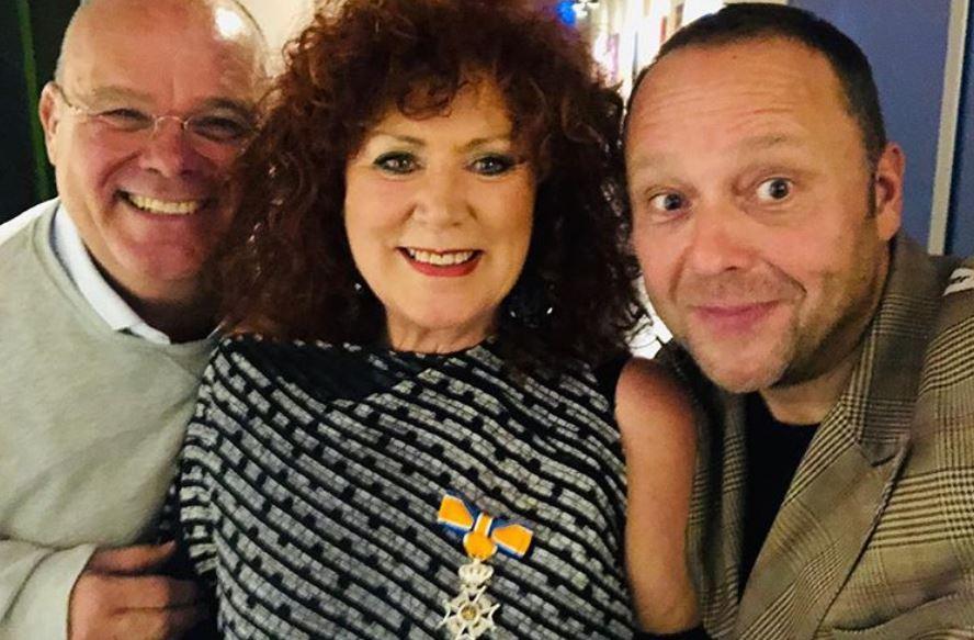 Nel Oskam samen met cabaretiers Paul de Leeuw en Richard Groenendijk. (Foto: Instagram Richard Groenendijk)