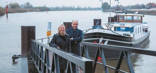 Directievoorzitter Judith Cok en voorzitter van de Raad van Commissarissen Ed Brouwer van de nieuwe bank Hollandse IJssel aan de rivier de Hollandsche IJssel.