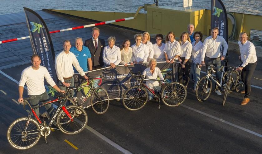 Team Krimpenerwaard presenteert zich op de pont, dat hiervoor een speciale vaart maakte. Op de foto ontbreken Sander van Viegen en Bianca Hart. (Foto: wijntjesfotografie.nl)