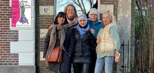 Vlnr. Ghada, Marielle, Safaa, Ali en Laura. Zij dragen zorg voor de organisatie van de dansavond.