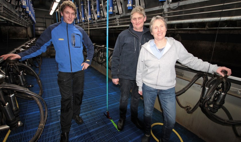 Arjan, Hans en Linda Mulder in de nieuwe melkput.