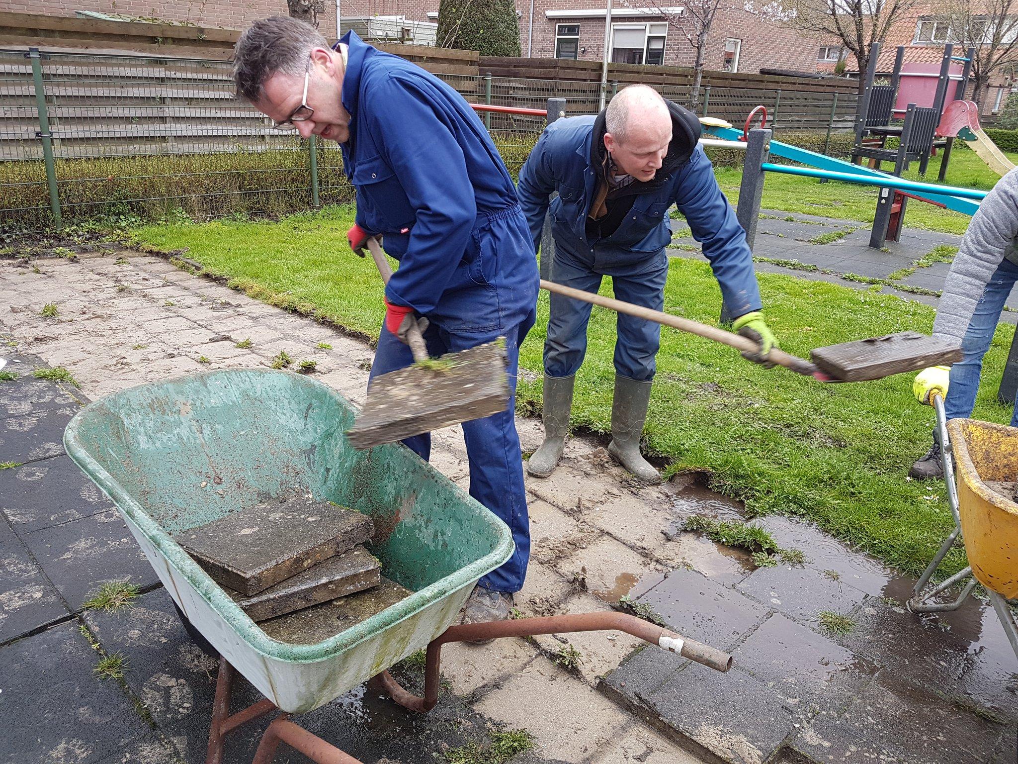 Fractieleden van de SGP Krimpenerwaard helpen mee met het opknappen van speeltuin Het Klaverweitje in Gouderak.