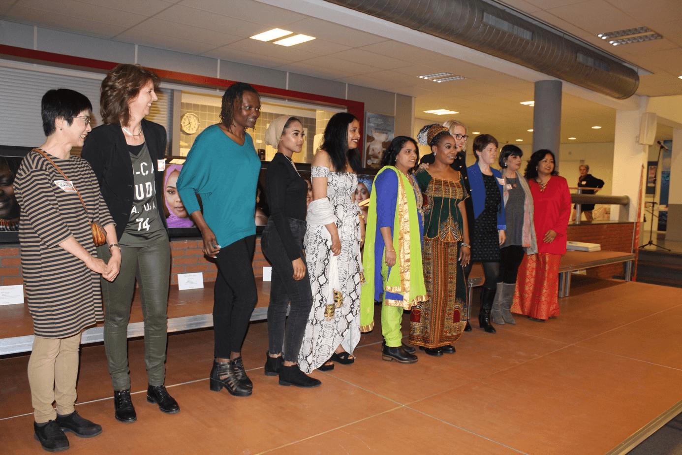 Twaalf wereldvrouwen in de Krimpenerwaard voor de foto-expositie.