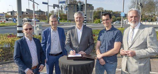 De heer A. Molenaar (A. Molenaar Civiel B.V.), de heer P. van Voorden (Van Hattum en Blankevoort B.V.), wethouder Anthon Timm (Gemeente Krimpen aan den IJssel), de heer M. Borreman (Arma Infra B.V.) en de heer T. de Wit (Aannemers- en Wegenbouwbedrijf Versluys & Zoon B.V.).