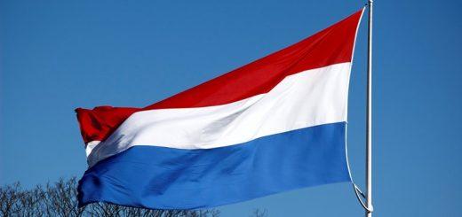 De-vlag-hangt-halfstok-bij-de-St-Werenfriduskerk-in-Elst